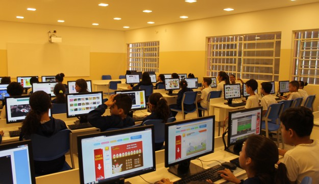 Utilização de novos softwares durante as aulas no novo laboratório