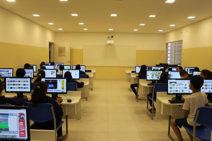Aula de matemática no Novo Laboratório de Informática